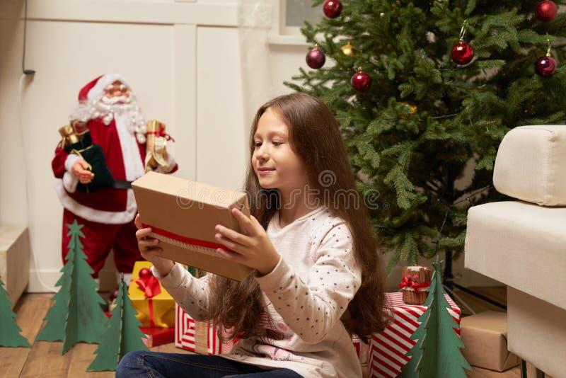 Ð-¡ hild förvånas av gåvan för nytt år fotografering för bildbyråer