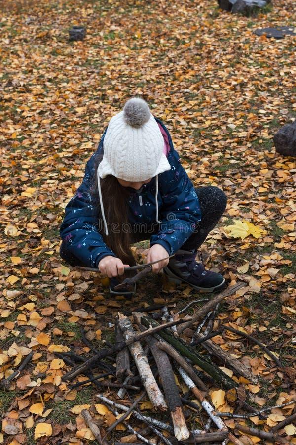 Ð ¡ hild maakt een brand in het bos royalty-vrije stock foto