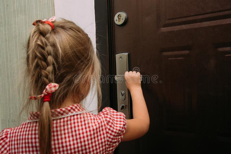 Ð ¡ hild otwiera drzwi himself obrazy stock