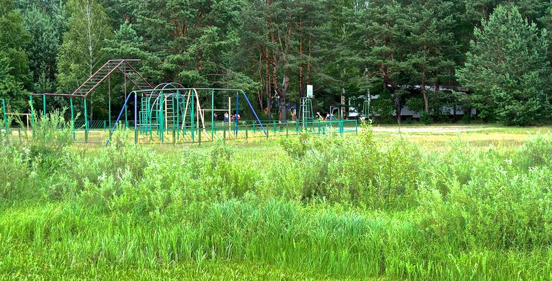 Ð ¡ hildren speelplaats in de zomer Wit-Rusland stock foto