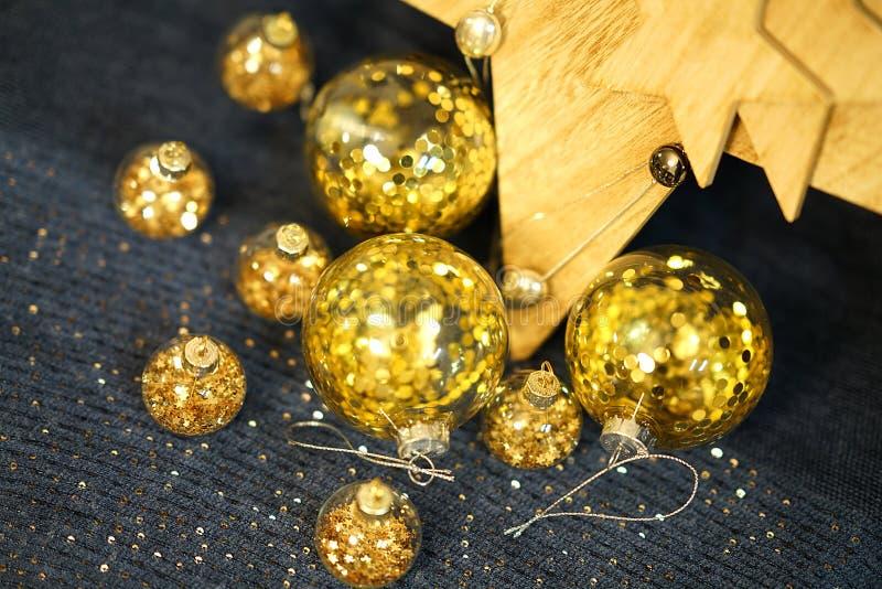 Ð ¡ hristmas装饰,与金子闪烁的透明中看不中用的物品 库存照片