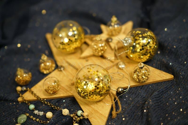 Ð ¡ hristmas装饰,与金子闪烁的透明中看不中用的物品 免版税库存照片