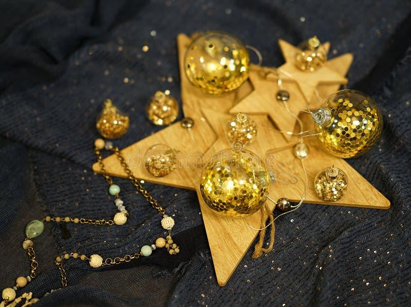 Ð ¡ hristmas装饰,与金子闪烁的透明中看不中用的物品 库存图片