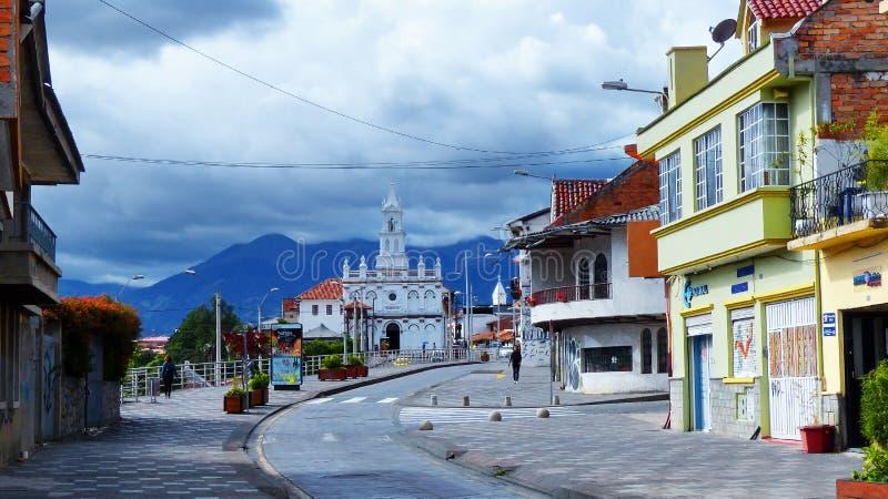 Ð-¡ hurch TODOS Santos und Straße Calle Larga, Cuenca, Ecuador stockbilder