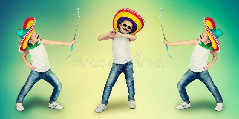 Ð ¡ ollage 滑稽的男孩有一根假髭的和墨西哥阔边帽的 免版税图库摄影