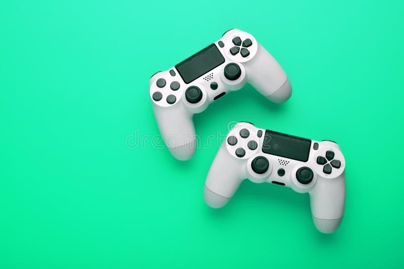 Ð ¡ oncept van het spelen samen op een spelconsole Bedieningshendels voor een goede tijd voor een interessant spel stock afbeeldingen