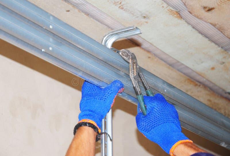 Ð ¡ onstruction kontrahenta naprawy domu garażu otwieracza drzwiowy system zdjęcia stock