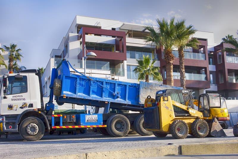 Ð ¡ onstruction pojazdy pracuje blisko nowego budynku na Paphos stree zdjęcia stock