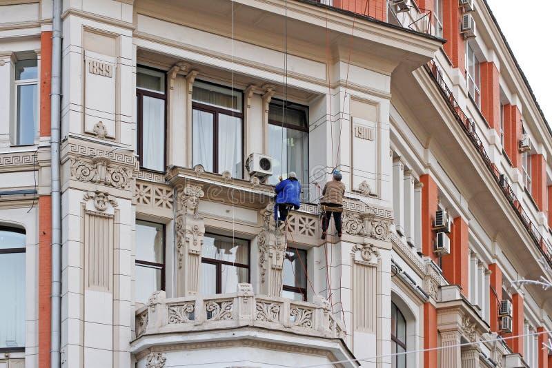 Ð ¡ onstruction pracownicy rekonstruuje fasadę urząd federalny Denny i Rzeczny transport poprzedni tenement dom Khomyako obraz stock