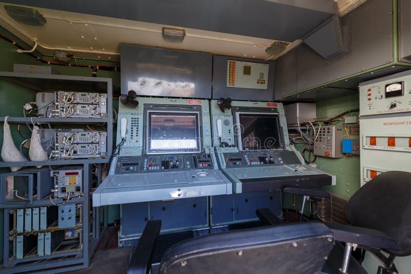 Ð ¡ ontrol konsola wśrodku nowożytnej Rosyjskiej militarnej mobilnej radarowej stacji 64L6M fotografia stock