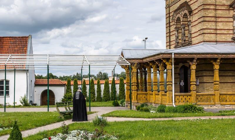 Ð-¡ ourtyard av den ortodoxa kyrkan Jekabpils för bysantinsk stil av den heliga anden royaltyfria bilder