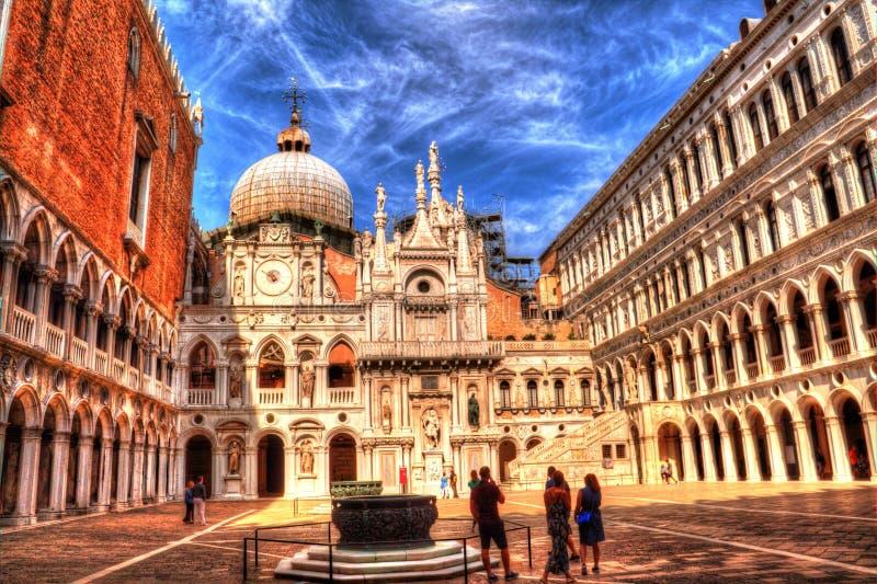 Ð-¡ ourtyard Palazzo Ducale, Venedig, Italien royaltyfria bilder