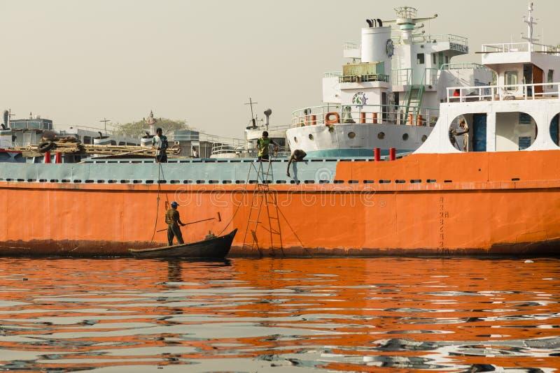 Дакка, Бангладеш, 24-ое февраля 2017: Maler прикрепляет предохранение от ржавчины на корабле в Дакка Бангладеше стоковая фотография