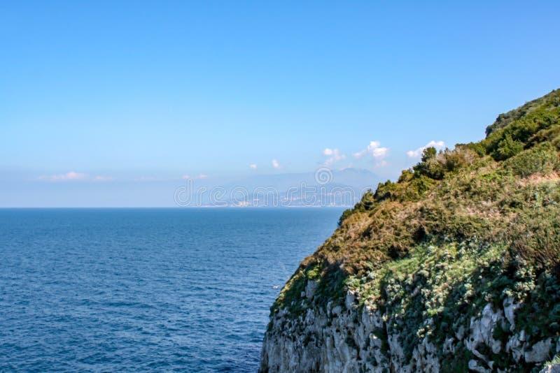 Далекий взгляд над морем Капри стоковые фотографии rf