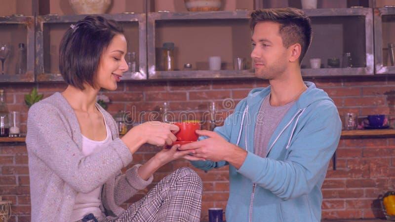 Дама и мужчина имеют переговор и смех в квартире стоковые изображения