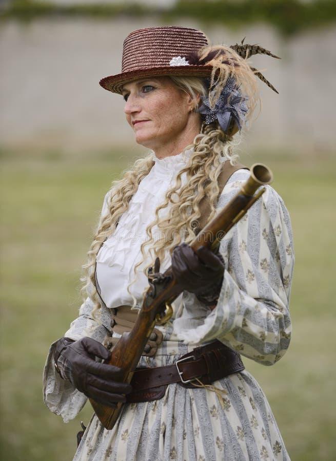 Дама держа мушкет стоковая фотография