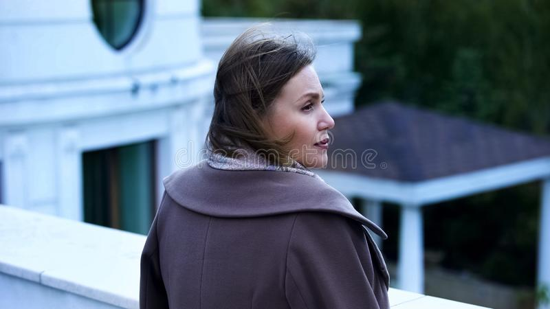 Дама стоя на балконе, ждать парень, романтичная дата, красивое место стоковые фотографии rf