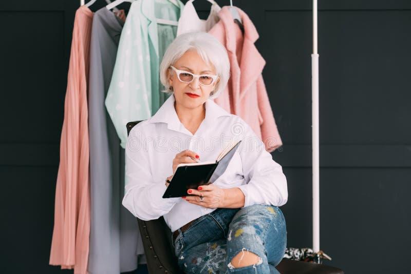 Дама успешного дела стилизатора моды старшая стоковая фотография