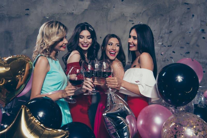4 дамы славных сладких прекрасных завораживающих шика привлекательных шикарных жизнерадостных веселых положительных наслаждаясь н стоковая фотография