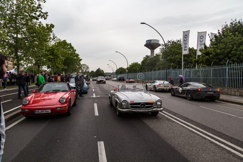 Ð-аР³ ибР¾ Ð ¼ Ereignis der historischen Parade von MilleMiglia ein klassisches italienisches Straßenrennen mit Weinleseauto stockbild