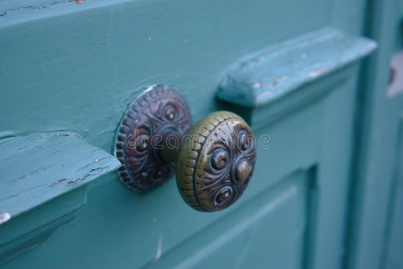 Дверь бирюзы ручки латунного doorknob античная слезая перемещение года сбора винограда архитектуры стиля краски старое европейско стоковые фотографии rf