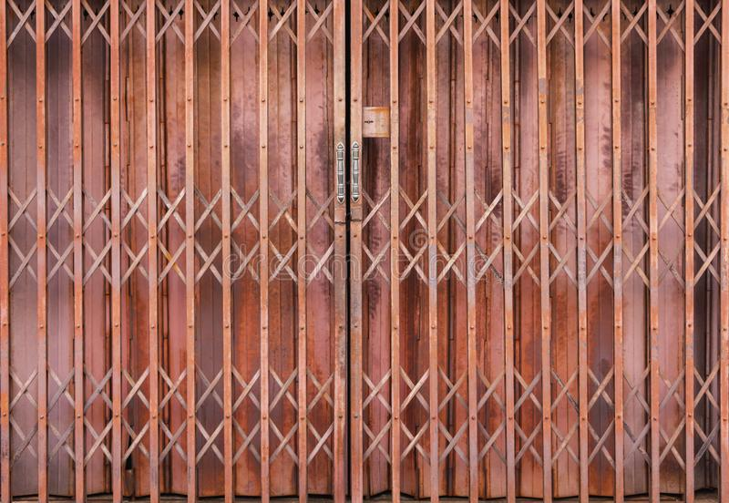 Дверь металла шторки старая и ржавая Двери раскрывают здания магазина в прошлом которое может быть открыто или закрыто для безопа стоковые фотографии rf
