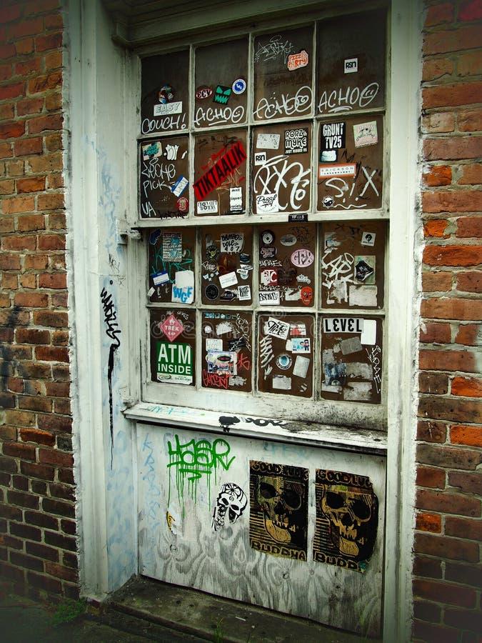 Дверь покрытая граффити в Новом Орлеане стоковые изображения