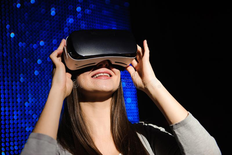 Двойная экспозиция счастливой женщины используя стекла VR-шлемофона для концепции виртуальной реальности стоковое изображение rf