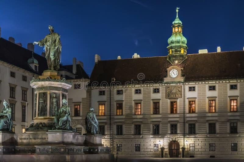 Двор дворца Hofburg со статуей Фрэнсис II стоковое фото rf
