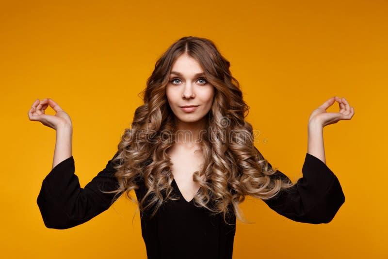 Девушка вьющиеся волосы белокурая представляя и размышляя в студии стоковая фотография rf