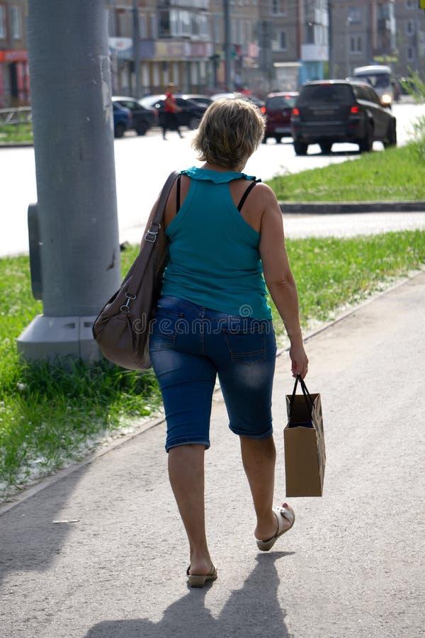 Девушка женщины концепции группы людей ходя по магазинам стоковые изображения rf