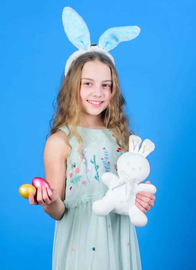 Девушка зайчика праздника с длинными ушами зайчика Костюм зайчика ребенка милый пасха счастливая Шаловливый младенец празднует па стоковые фото