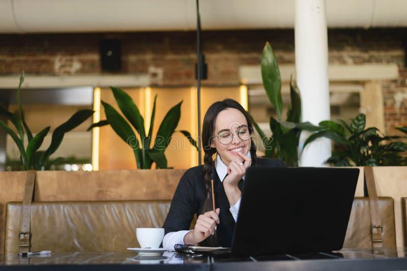 Девушка изучая на кафе стоковая фотография rf