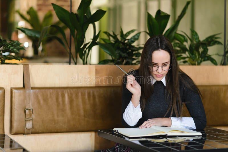 Девушка изучая на кафе стоковое фото rf