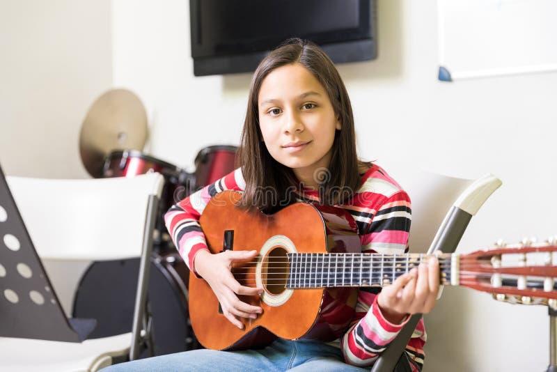 Девушка практикуя для становить гитариста стоковые изображения rf