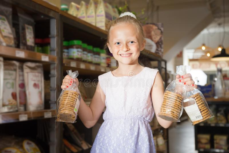 Девушка представляя с печеньями в супермаркете стоковые фотографии rf