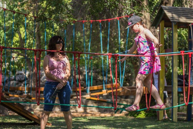 Девушка приниманнсяая за гимнастика на спортивной площадке стоковое изображение