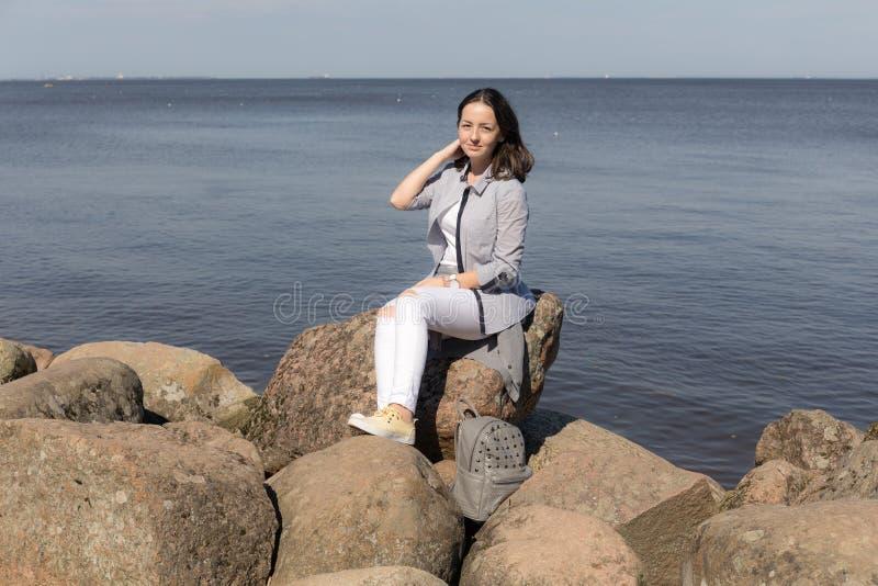 Девушка подростка на утесах морем стоковое изображение