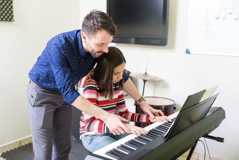 Девушка порции инструктора в превращаясь навыке рояля стоковое изображение rf