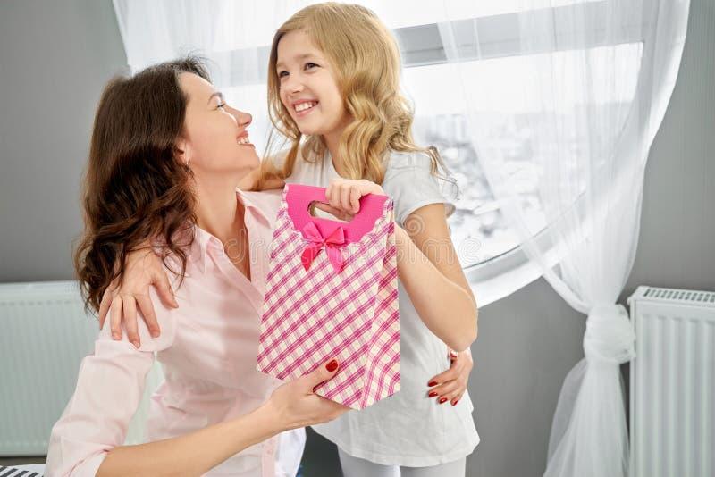 Девушка давая настоящий момент на празднике ее матери стоковое изображение rf