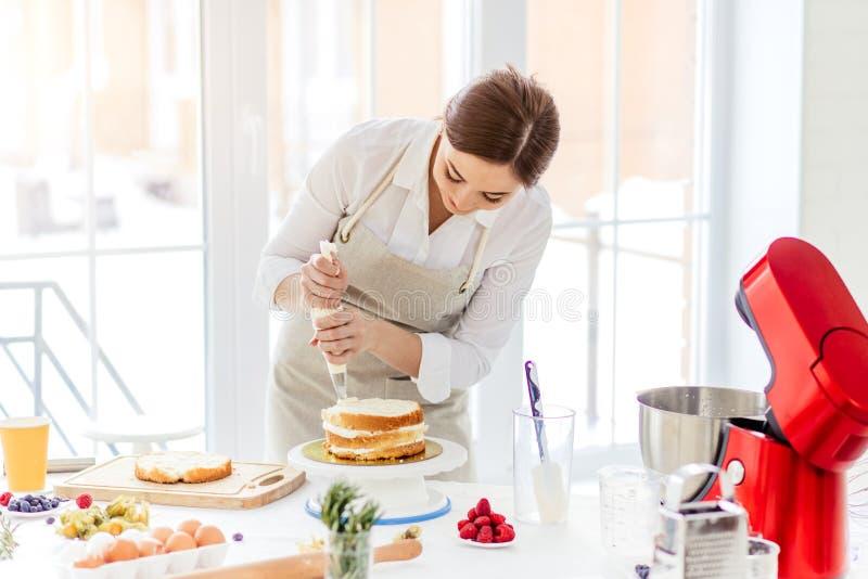 Девушка делая торт для дня рождения ее парня стоковые изображения rf