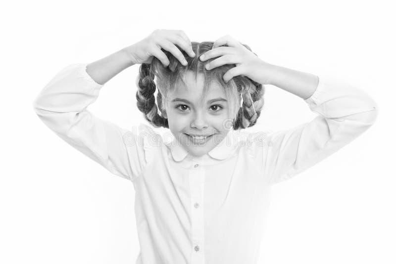 Девушка длиной заплетает белую предпосылку Держите волосы заплетенный для аккуратного взгляда Игра зрачка ребенк с длинными запле стоковая фотография
