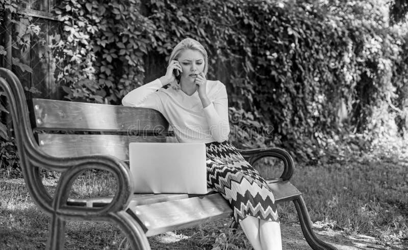 Девушка сидит стенд с телефоном звонка тетради Сохраньте ваше время с виртуальными покупками Технологии делая жизнь легкий Женщин стоковая фотография rf