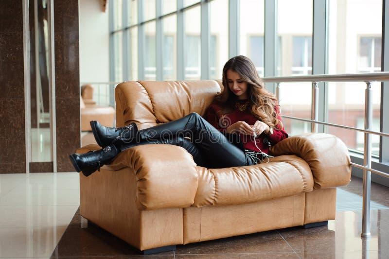 Девушка слушая музыку через наушники на планшете стоковые фотографии rf
