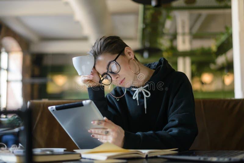 Девушка студента изучая с планшетом стоковые изображения rf