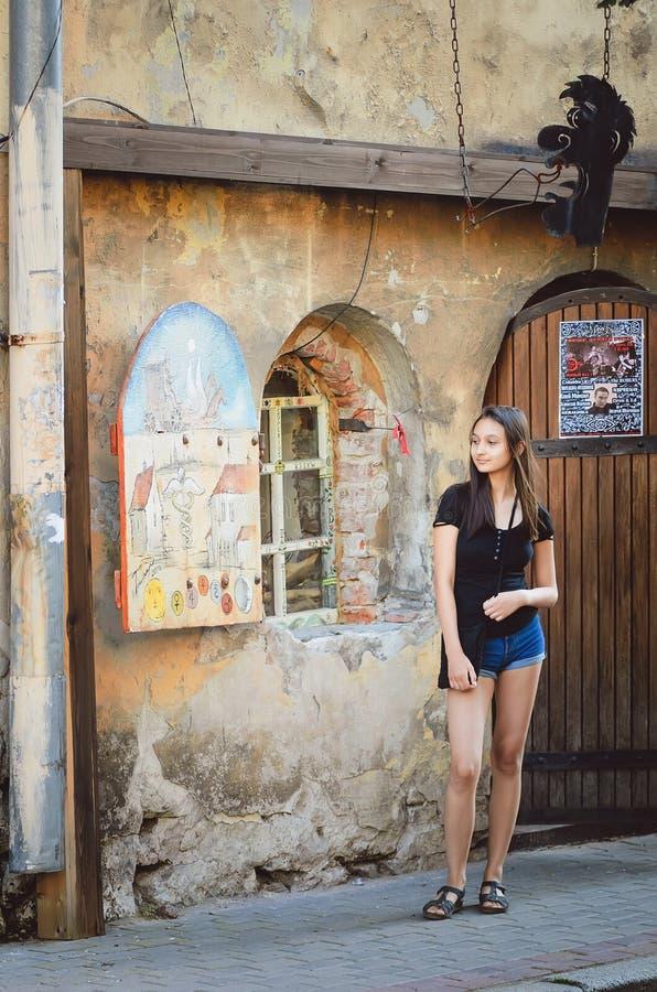 Девушка стоит на входе к магазину алхимика в Выборге стоковые изображения