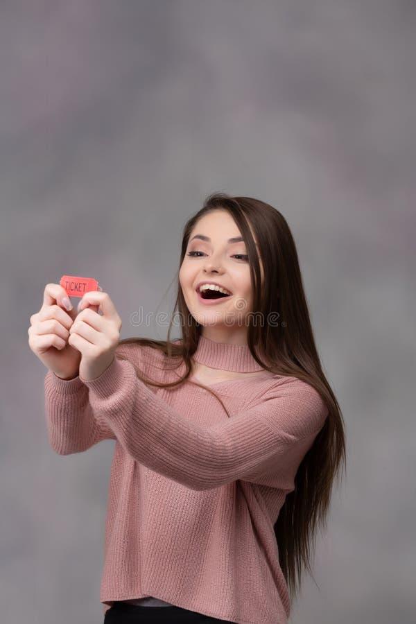 Девушка с выигрывая билетом лотереи стоковое фото
