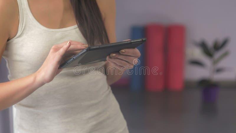 Девушка с таблеткой в спортзале стоковые фотографии rf