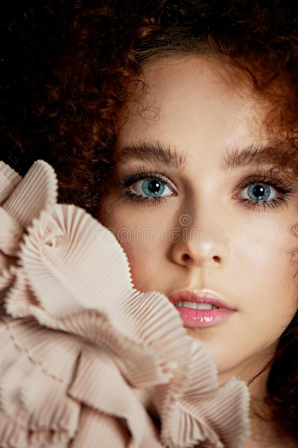 Девушка с сочными курчавыми красными волосами Чувствительный макияж с ложными ресницами в стиле куклы Цвет сливк рюшей стоковое изображение