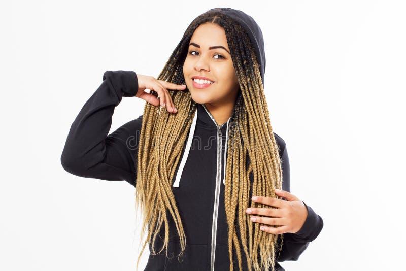 Девушка с dreadlocks представляя на белой предпосылке, счастливая женщина стильной улыбки афро американская стоковые изображения